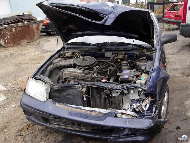 Hátraszaladt a hűtő és a ventillátor, elfordult a motor-váltó.