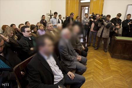 Harmath Sándor elsőrendű (b), Torma Lajos másodrendű (b2) és Pallai Zsolt harmadrendű (b3) vádlott az ítélethirdetésre várnak