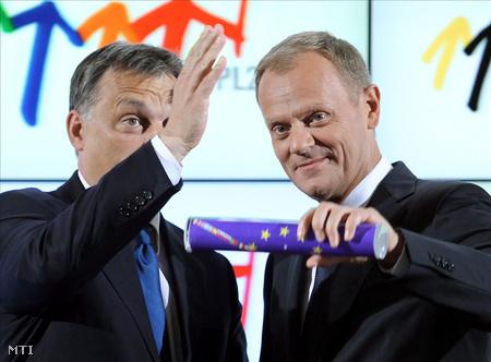 Orbán Viktor magyar miniszterelnöktől kapott EU-zászlót fog Donald Tusk lengyel kormányfő Varsóban, ahol Magyarország átadja az Európai Unió soros elnökségét Lengyelországnak