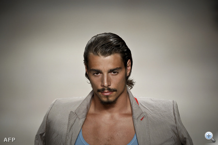 Kezdjük a legdélibb kinézetű férfival - ő Nuno Gama divatbemutatóján modellkedett