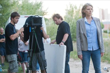A Bettit alakító Oroszlán Szonja játszik egy jelenetben Deák Kristóf: Hacktion című televíziós sorozatának forgatásán