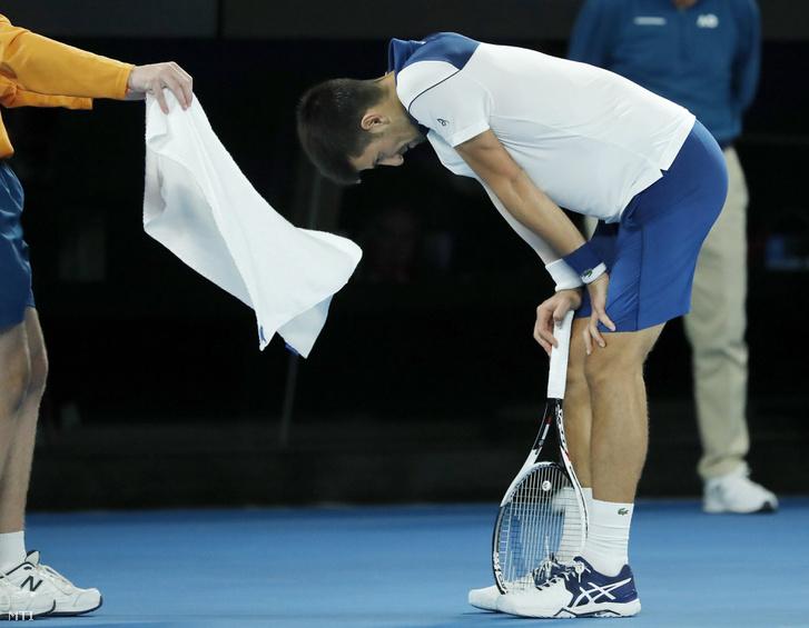 A szerb Novak Djokovic a dél-koreai Csung Hjon elleni mérkőzésén az ausztrál nemzetközi teniszbajnokság férfi egyesének nyolcaddöntőjében Melbourne-ben 2018. január 22-én.