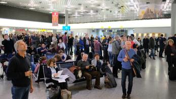 Lezárták a hannoveri repteret, miután egy autó áttörte a kaput