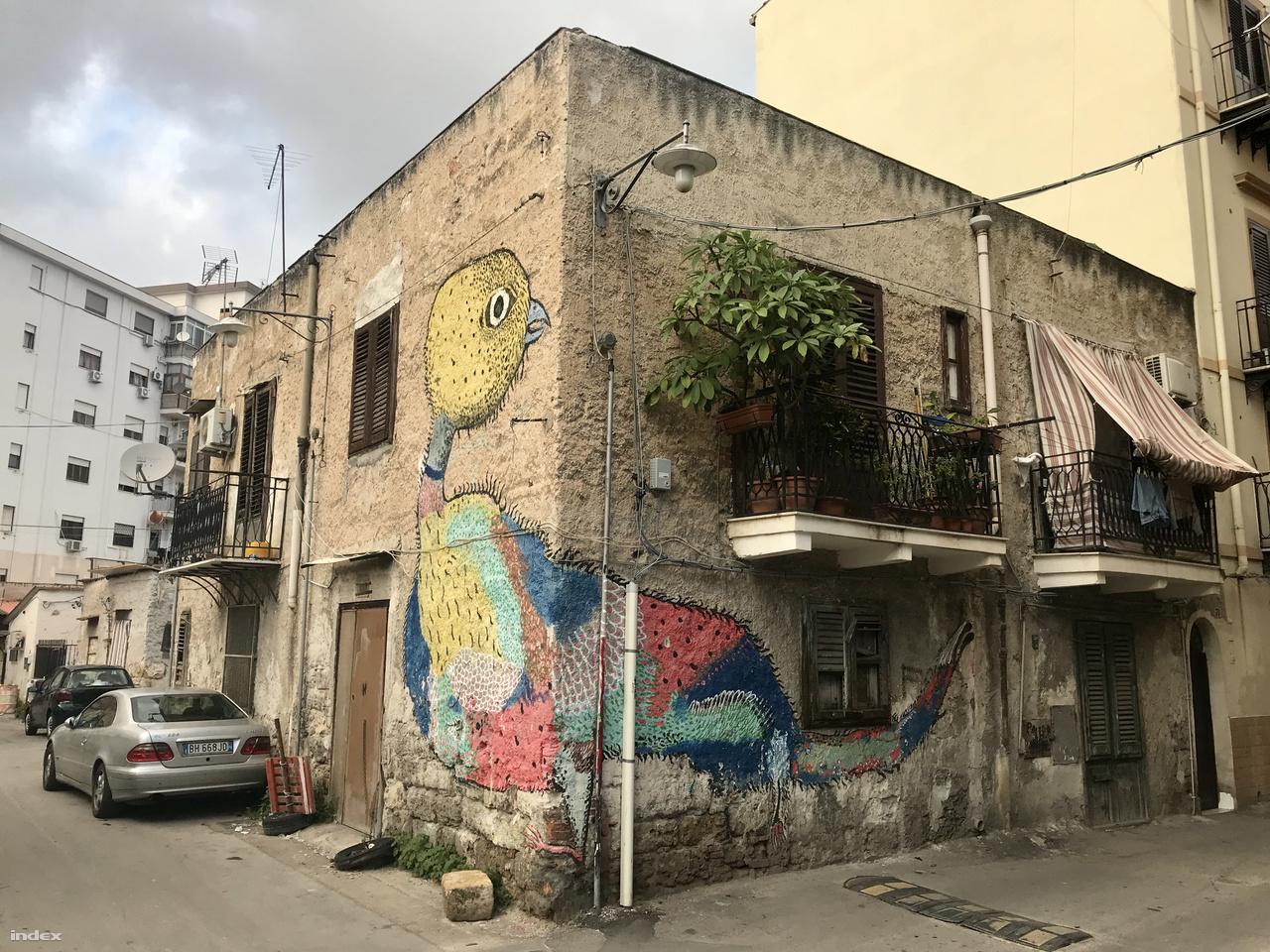 Közösségi finanszírozású képzőművészeti programot hirdettek a helyi gyerekeknek, a Borgo Vecchio Factory projekt pedig megváltoztatta a szegénynegyed képét. A negyedben 40% feletti a munkanélküliség, és a fiatalok nagyon alacsony iskolázottságúak.