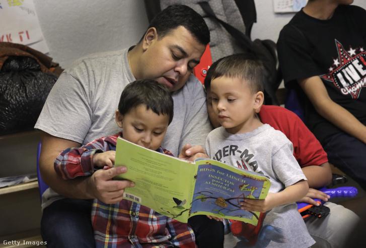Menekült gyerekek Texasban, miután kiengedték őket a táborból