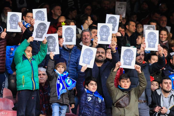 Koulibaly arcképét emelték a magasba a Napoli-drukkerek