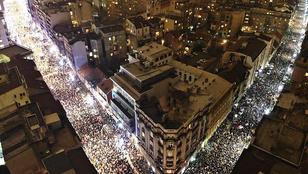 Negyedszer is tízezrek tüntettek Belgrádban az elnök és a a közmédia ellen