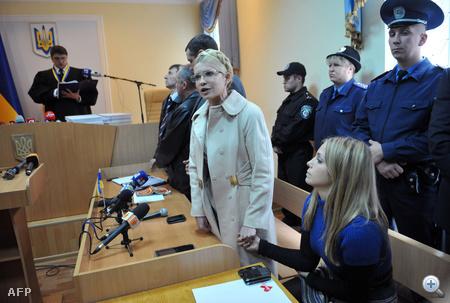 Julija Timosenko lánya kezét fogva szólalt fel a bíróság előtt.