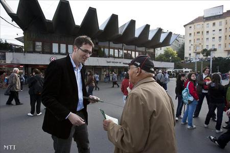 Karácsony Gergely, a Lehet Más a Politika jelöltje (b) szórólapot oszt az időközi országgyűlési képviselő-választásról tartott sajtótájékoztató előtt