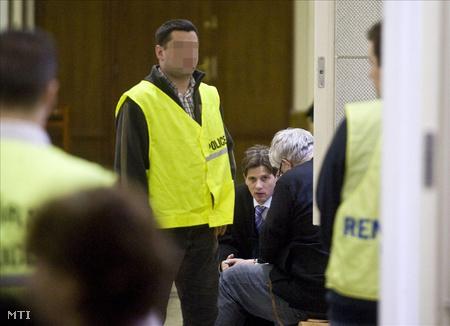 Budapest, 2010. február 5. Mesterházy Ernő városházi főtanácsadó (j) és ügyvédje Papp Gábor várakozik a Budai Központi Kerületi Bíróságon