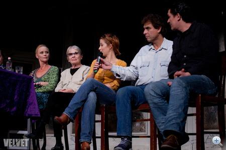 A jobb szélen két férfiszínész, Gergely Róbert világos ingben és Egyházi Géza sötétben