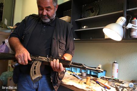 Ez egy bemutató célokat szolgáló, lövésre alkalmatlan AK gépkarabély, akciófilmek kedvelt fegyvertípusa.