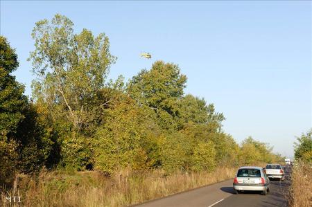 Mentőhelikopter távozik a baleset helyszínéről
