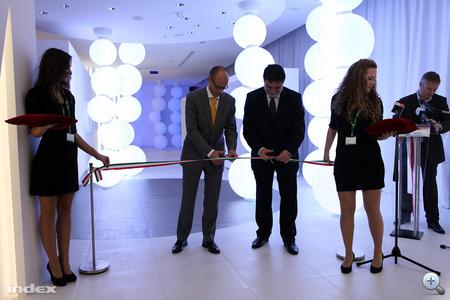 Fellegi Tamás nemzeti fejlesztési miniszter avatta fel a világítástechnikai bemutatóközpontot.