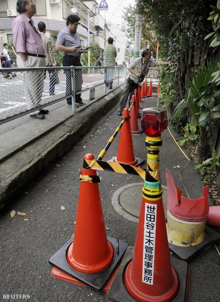 Figyelmeztető kordonnal elkerített, a normálisnál magasabb radioaktivitású terület Tokióban