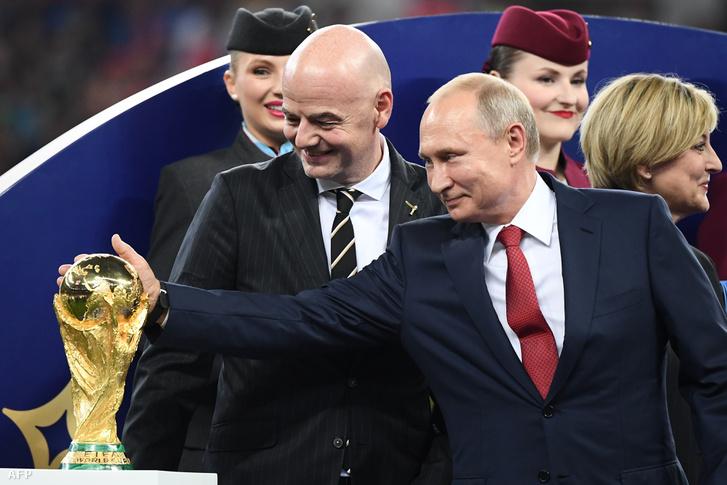 A FIFA elnökével, Gianni Infantinóval a moszkvai Luzsnyiki Stadionban 2018. július 15-én, a futball-vb döntőjén