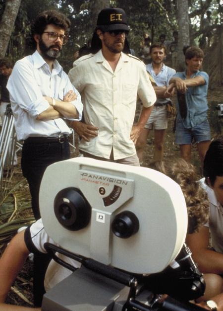 Lucas, Spielberg és egy Panavision Panastar kamera az Indiana Jones és a végzet temploma forgatásán