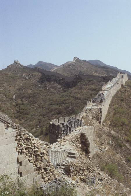 A fal egy Pekinghez közeli, leomlott szakasza 1983-ban