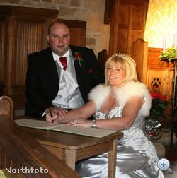 Debbie és Paul aláírják az anyakönyvet, nem sokkal a kis híján végzetes rosszullét előtt