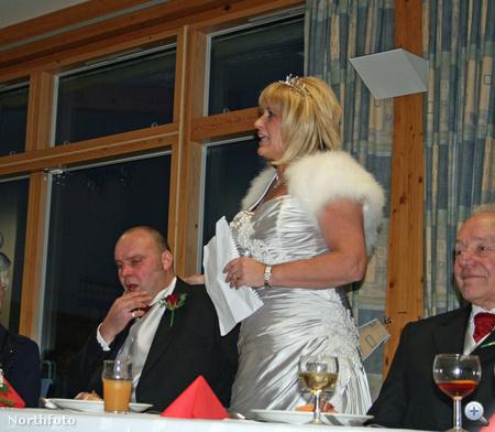 Debbie és Paul a lakodalmon, percekkel a kis híján végzetes rosszullét előtt. A vőlegény már nem tudja beszédét elmondani, a menyasszony szónokol helyette. Nem sokkal később férje életéért küzdött