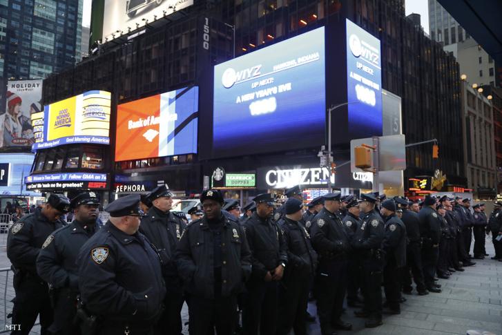 Rendőri készültség a New York-i Times Square-en 2018. december 31-én, a szilveszteri mulatozás kezdete előtt.