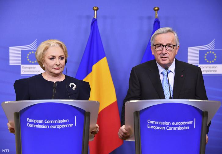 Viorica Dancila román miniszterelnök (b) és Jean-Claude Juncker, az Európai Bizottság elnöke a megbeszélésüket követő sajtótájékoztatón az uniós szervezet brüsszeli székházában 2018. december 5-én.