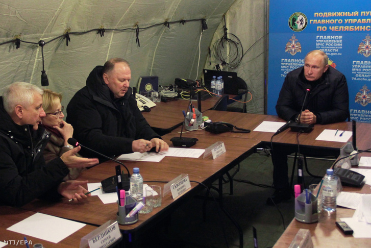 Vlagyimir Putyin orosz elnök a rendkívüli helyzetek minisztériumának műveleti központjában az oroszországi Magnyitogorszkban, ahol gázrobbanás történt egy lakótömbházban 2018. december 31-én.