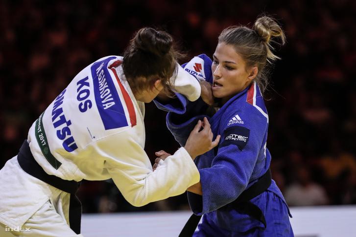 Karakas Hedvig (kékben) és a koszovói Nora Gjakova a budapesti cselgáncs-világbajnokság női 57 kilogrammos súlycsoport versenyében