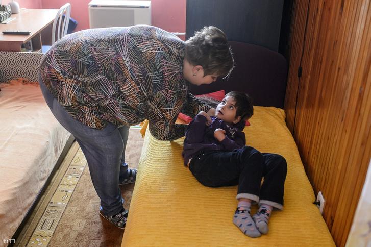 Gál Csilla a gyermekét öltözteti Salgótarjánban 2018. szeptember 27-én. A 11 éves Rett-szindrómás kislány teljes ellátásra szorul. A kormány konzultációsorozatot indított az otthonápolás megbecsüléséről, célja, hogy javítsa az e tevékenységet végzők helyzetét.