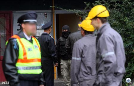 A Terrorelhárító Szolgálat munkatársa, rendőrök, a gázművek munkatársai állnak Miskolcon, az avasi lakótelepen lévő, Klapka utca 30. szám alatti tízemeletes panelháznál.