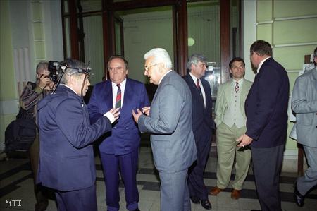 Boross Péter (b3) miniszterelnök, az MDF elnöke, Horn Gyula (b), az MSZP elnöke, Kuncze Gábor (j, háttal), az SZDSZ miniszterelnök-jelöltje, Torgyán József (b2), az FKGP elnöke, Surján László (j3) népjóléti miniszter, a KDNP elnöke és Orbán Viktor (j2), a Fidesz elnöke