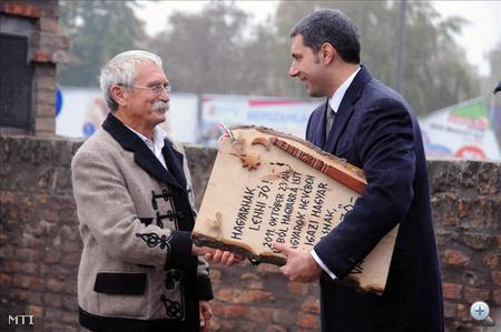 A fafaragóművész átadja az általa készített emléktáblát Lázár Jánosnak