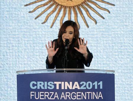 Cristina Fernández de Kirchner beszél támogatói előtt az argentin fővárosban, Buenos Airesben 2011. október 23-án, miután újraválasztották.
