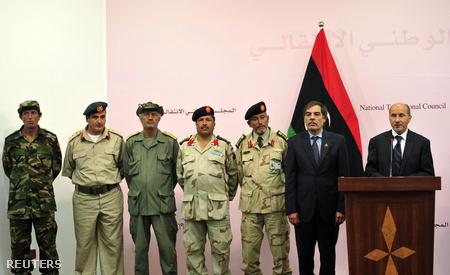 A líbiai átmeneti tanács és a nemzeti hadsereg hétfői sajtótájékoztatója Bengáziban. Jobb szélen Musztafa Abdel Dzsalil, a tanács vezetője, mellette Ali Tarhouni, olaj-és pénzügyminiszter.