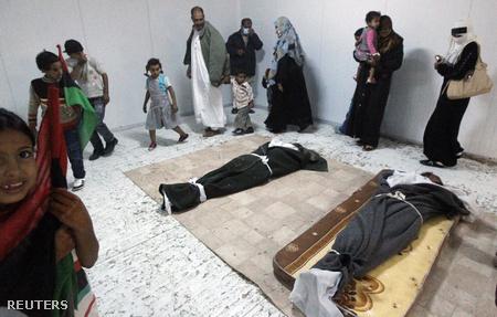 Kadhafi holttestét temetéséig megnézhetik a líbiaiak, az elmúlt napokban hoszú sorok kígyóztak a hullaháznál.