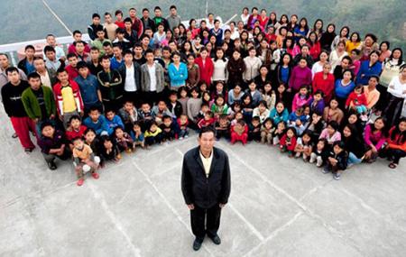 A 67 éves Zionnghaka Chana és családja