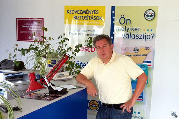 Cikkünk írója belépett a Magyar Autóklubba és a Standard csomagot választotta.                         Jó hosszan várakozott, ezért elgyötört, de az ügyintéző nagyon kedves és udvarias volt