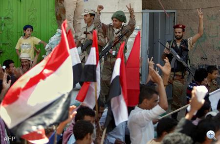 A rezsimellenes tüntetőkhöz csatlakozott a hadsereg egyik fontos egysége, beavatkozva az utcai harcokba.