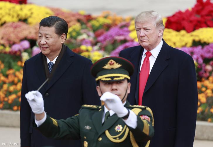 Hszi Csin-ping kínai elnök (b) és Donald Trump amerikai elnök a pekingi Nagy Népi Csarnoknál tartott fogadási ünnepségen 2017. november 9-én.