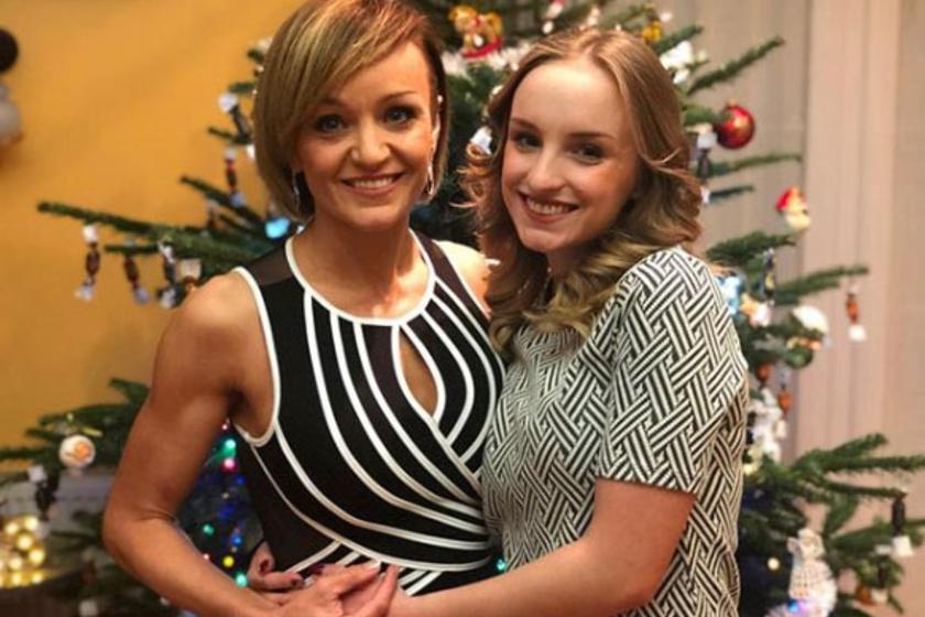 Szandi és 18 éves lánya a karácsonyfa előtt fotózkodtak. Blankából gyönyörű nő lett.