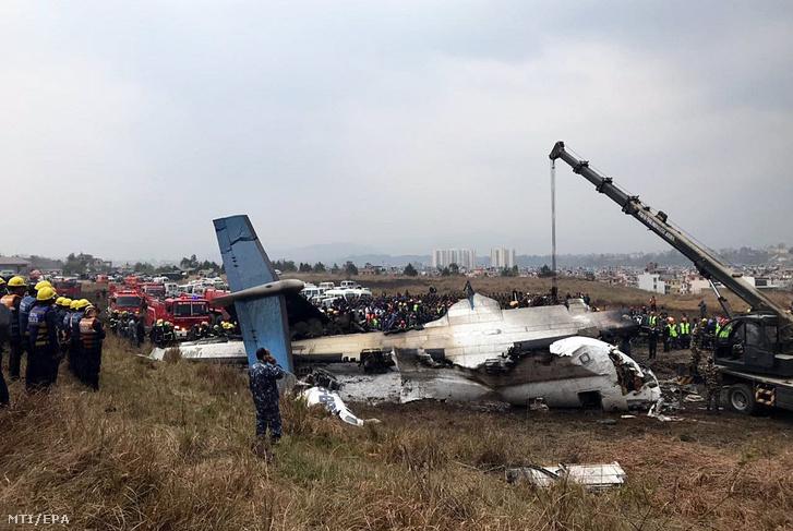 Telefonnal készült felvétel egy bangladesi utasszállító repülőgép roncsairól, miután a légi jármű lezuhant landoláskor a katmandui repülőtéren 2018. március 12-én.
