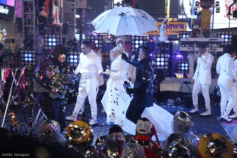 Ezek a képek szilveszter éjszaka készültek New Yorkban a Times Square-en tartott gigantikus buliban