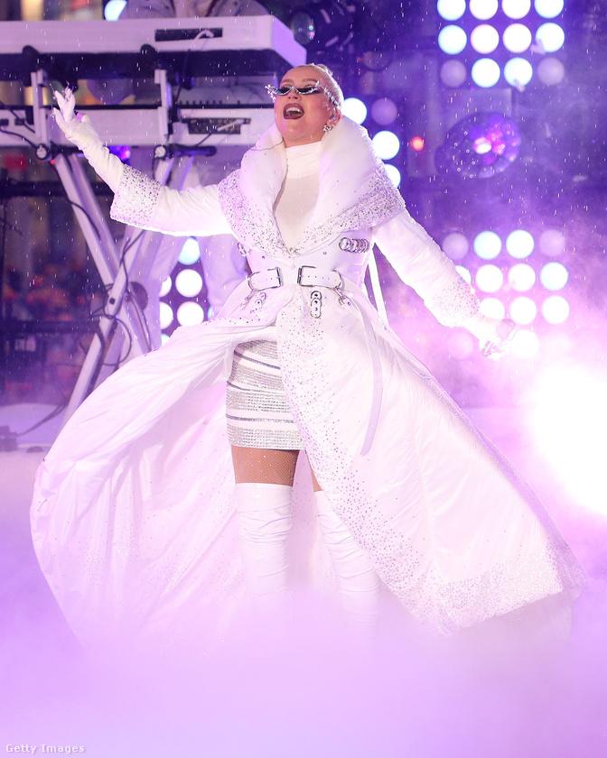 Hát Christina Aguilera itt átment hókirálynőbe egy fellépés erejéig.