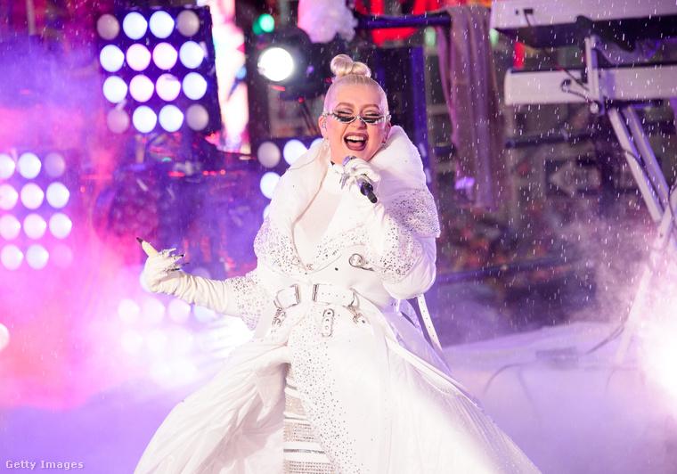 Na és most mindezt hasonlítsa össze azzal a fotóval, amit márciusban jelentettek meg arról, hogy milyen az énekesnő smink nélkül! Hmm.