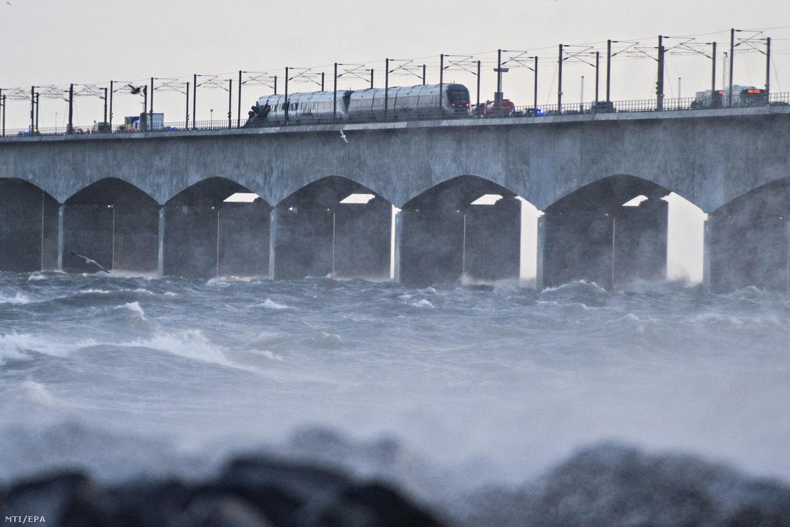 Megrongálódott személyszállító vonat a dániai Sjaelland és Fyn szigeteket összekötő Storebaelt hídon 2019. január 2-án.