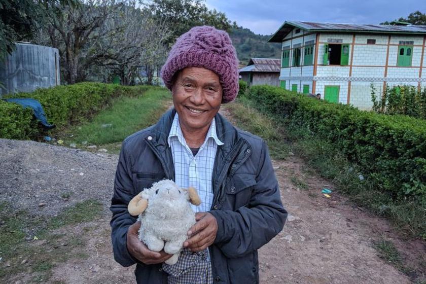 Ez a burmai férfi még szállást is biztosított a kosnak és gazdáinak.