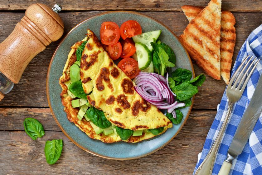 A klasszikus, kéttojásos rántottát feldobhatod egy vékony szeletekre vágott avokádóval: süsd a tojást, amíg a teteje nem lesz folyós, majd helyezd rá az avokádószeleteket, és finoman hajtsd félbe a tojást. Süsd pár percig, majd tálald friss zöldségekkel.