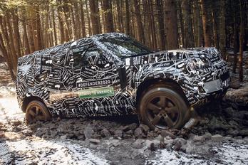 Gyári fotókon az álcázott Land Rover Defender
