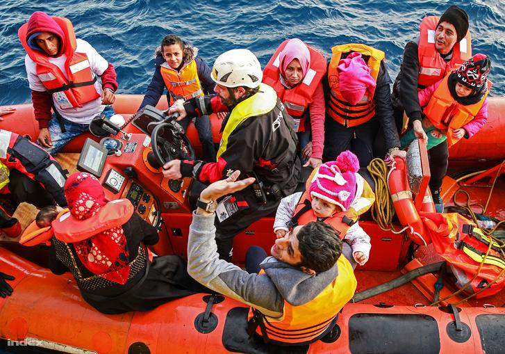 Menekültek a Sea-Watch mentőcsónakjában