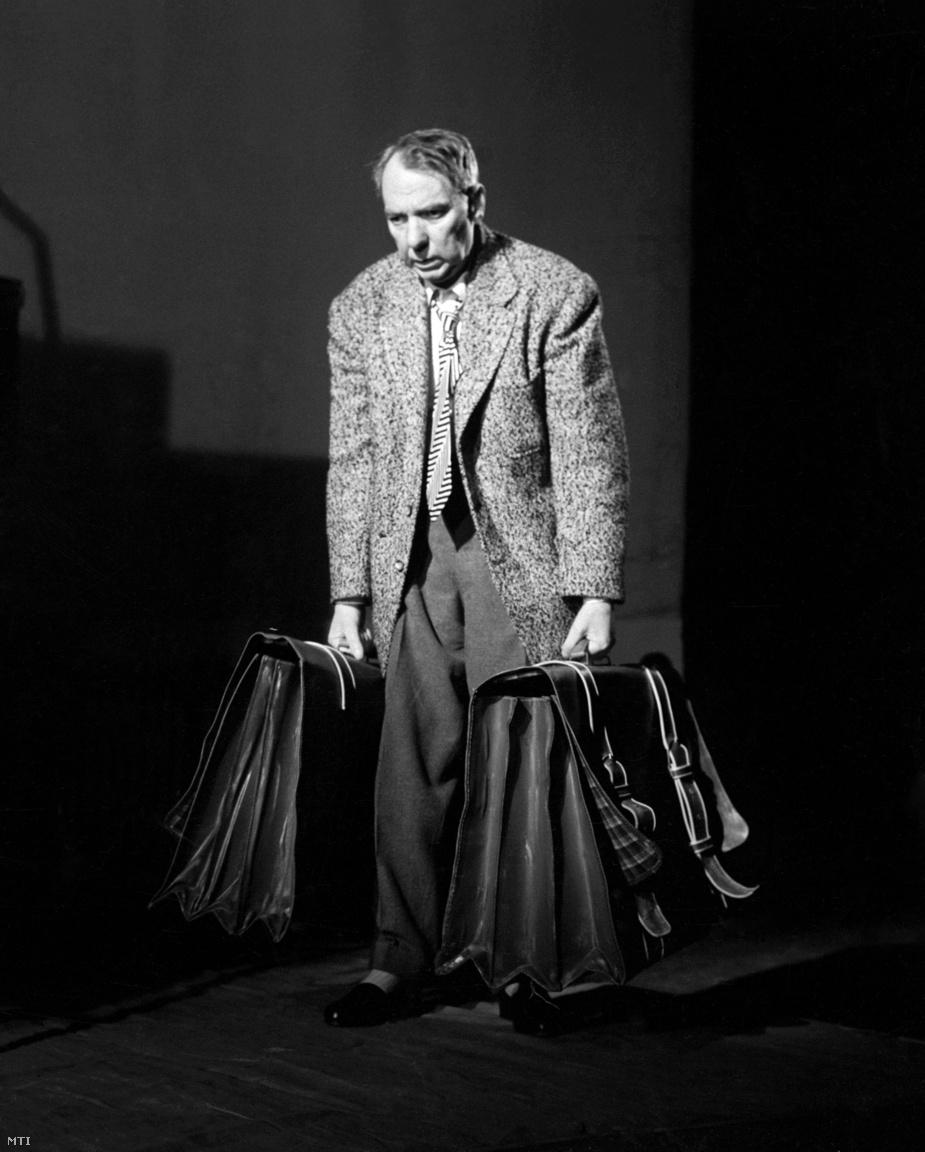 """Keleti Éva pályája másik legfontosabb képét Tímár Józsefről készítette, aki épp Az ügynök halála című darab főszerepét játszotta a Nemzeti Színházban. """"Tímár József nagyon beteg volt, tüdőrákja volt, szinte haldoklott. (...) A színházban az előadás megkezdése előtti időszak sajátos, olyankor még nem égnek a belső lámpák, üres minden, a színpad sem él, inkább lélelektelen, de közben már hallani a nyüzsgést a nézőtérről. Ebben a hangulatban egyszer csak kinyílt a vasajtó, és bejött Tímár József. Odament a kellékesek által kikészített bőröndökhöz, amelyeket jól megpakoltak, hogy görnyedt háttal kelljen cipelnie, és kettőt megemelt. (...) Nem egy tipikus színházi fotó."""" A szókimondó színész sosem láthatta a róla lőtt fényképet, mire kiállították, már nem élt. Párkányi Raab Péter később erről a felvételről mintázta Tímár szobrát is, amelyet a Nemzeti Színház előtt helyeztek el."""